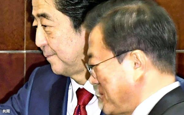 韓国の文大統領(右)と会談に臨む安倍首相                                                   (2019年12月24日、中国・成都)=共同