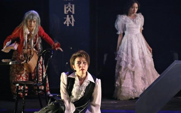 左から大西多摩恵、若村麻由美、木崎ゆりあ=神ノ川 智早撮影