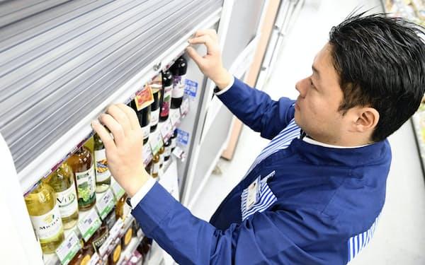 ローソンの無人店舗実験では夜間は酒類の陳列棚にシャッターを下ろした(2019年12月、横浜市)