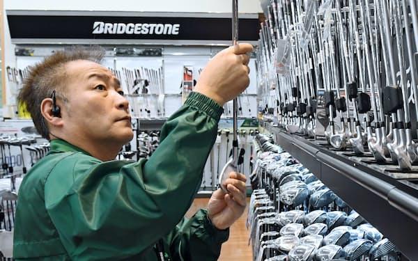 週休3日制度を利用し、母の介護とゴルフ用品店での仕事を両立する内田さん(神戸市垂水区)