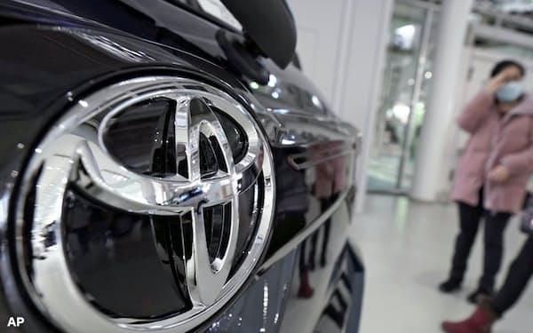 英政府がHVを含む自動車規制方針を打ち出し、トヨタなど自動車大手は対応を迫られている=AP
