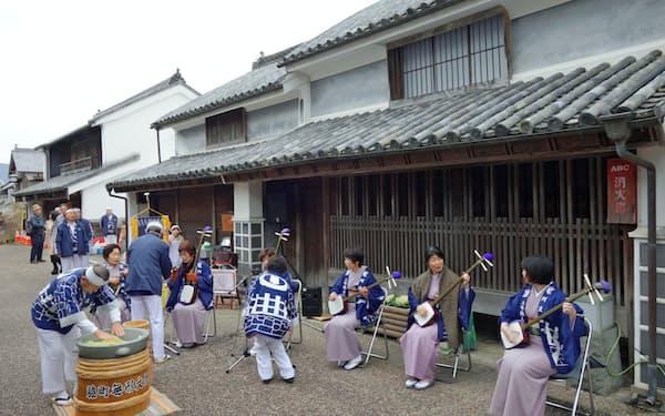 江戸時代の民家がそのまま残る「うだつの町並み」で行われた伝統文化「三味線もちつき」(徳島県美馬市)