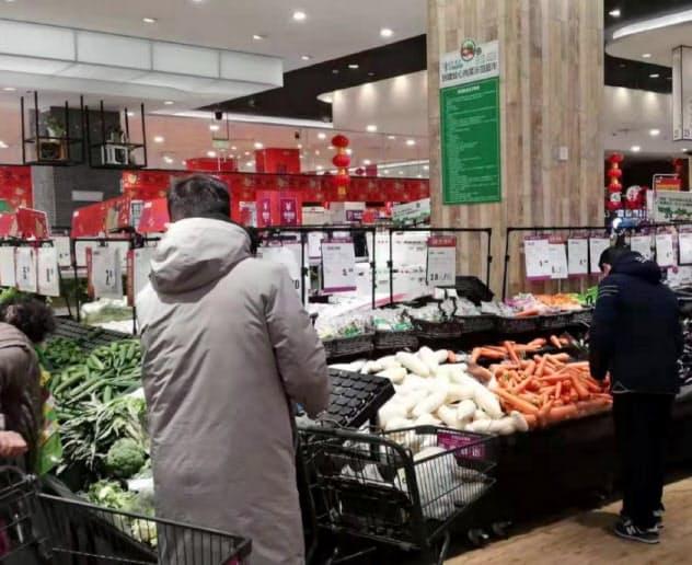 食料品を求めて買い物客が集まる(1月30日、武漢市内の「イオン経開店」)
