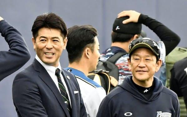 日本ハムキャンプを訪れ、栗山監督(右)と談笑する日本代表「侍ジャパン」の稲葉監督