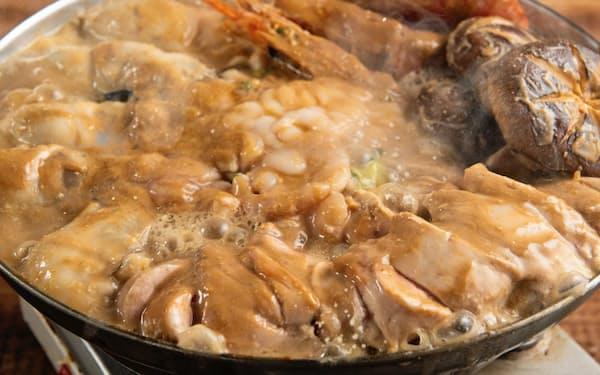痛風屋(東京豊島区)では白子、あん肝、カキなどを多く取り入れた「痛風鍋コース」が一番人気