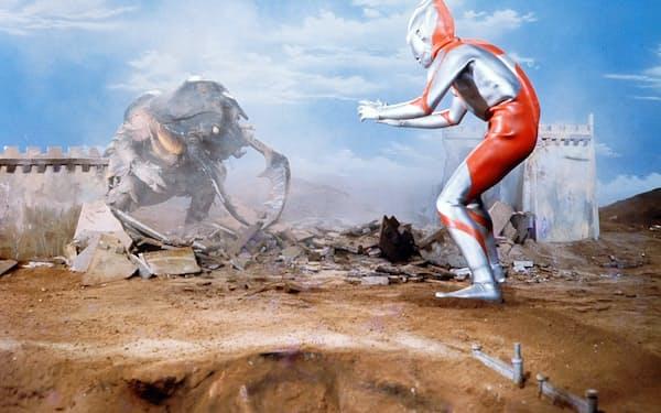 初期のAタイプスーツは細身。磁力怪獣アントラーが登場した第7話「バラージの青い石」より(C)円谷プロ