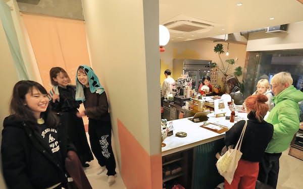 銭湯(左奥)とクラフトビールバーを合わせたバスハウス。現在は休業中で、22日に営業を再開する(昨年12月、東京都渋谷区)