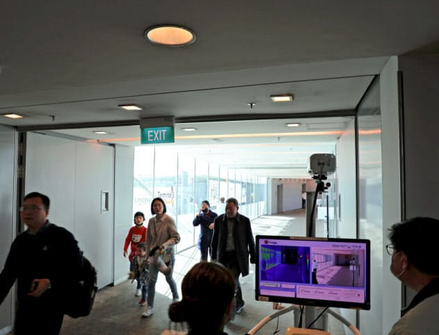シンガポールでは最初の感染者が出る前から空港での監視を強化していた=ロイター