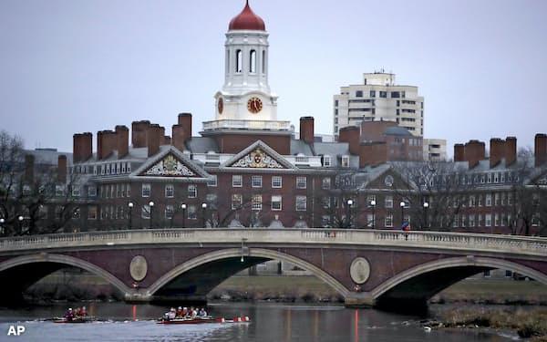 ハーバードなど米名門大の基金に、投資判断を改めるよう圧力が強まる=AP