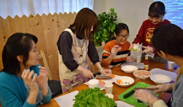 昭和女子大の学生交流グループは、留学生と一緒にふるさとの料理をつくった(2019年12月、東京都豊島区)=同大提供