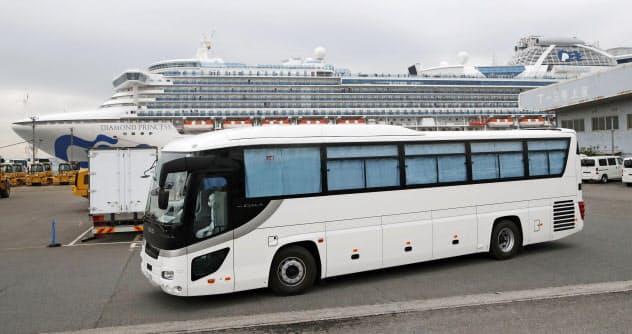 クルーズ船「ダイヤモンド・プリンセス」から埼玉県和光市に向け出発するバス(14日、横浜港)