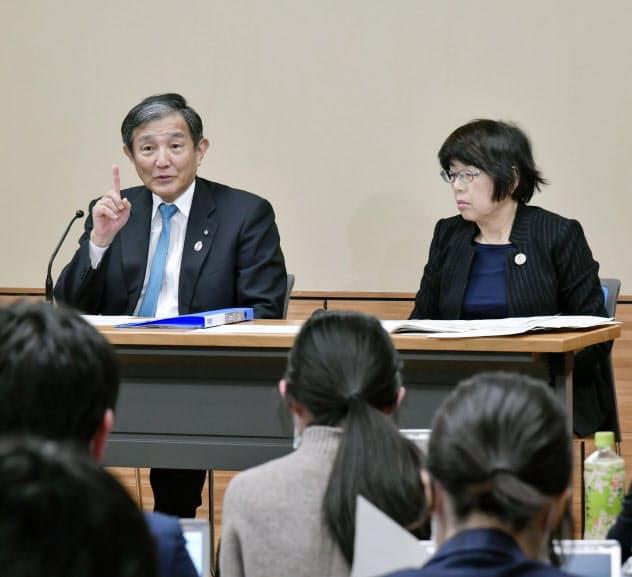 新たな感染者が確認され、記者会見する和歌山県の仁坂知事(左)ら(15日、和歌山県庁)