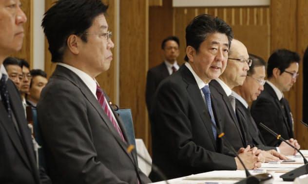 新型コロナウイルスの専門家会議であいさつする安倍首相(16日、首相官邸)