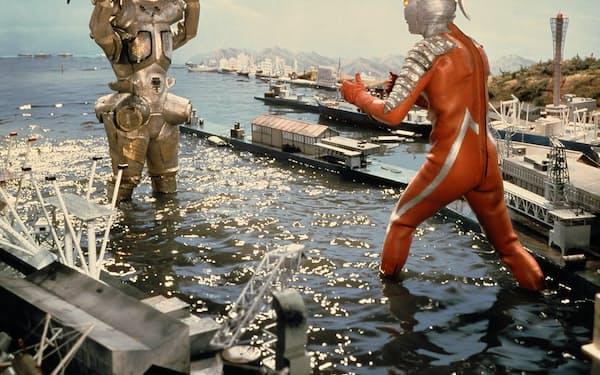 第15話「ウルトラ警備隊西へ(後編)」でスーパーロボット・キングジョーと対峙するセブン(C)円谷プロ