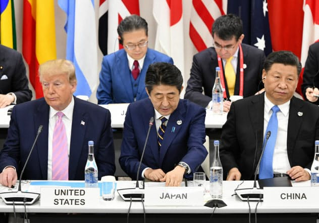 G20大阪サミットの会合でならぶ(左から)トランプ米大統領、安倍首相、中国の習近平国家主席(2019年6月)