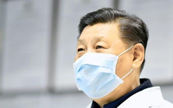マスク姿で北京市内の施設を視察する中国の習近平国家主席(10日)=新華社・共同