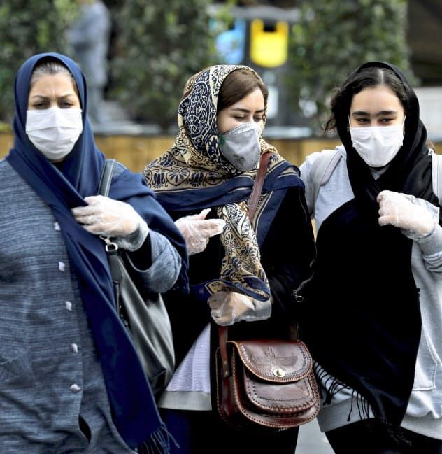 テヘランではマスク姿の市民が目立ちはじめた(23日)=AP