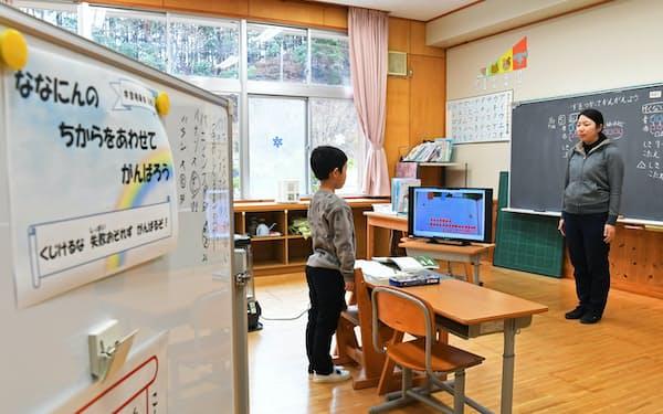 全校児童7人の小学校で算数の授業を受ける1年生の児童(奈良県野迫川村)