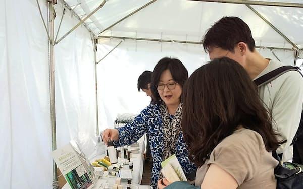 みどりとふれあうフェスティバルで国産精油が販売されている(東京都千代田区の東京都立日比谷公園)