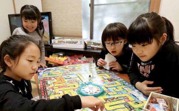 山本さん宅に集まりボードゲームを楽しむ小学生(東京都豊島区)