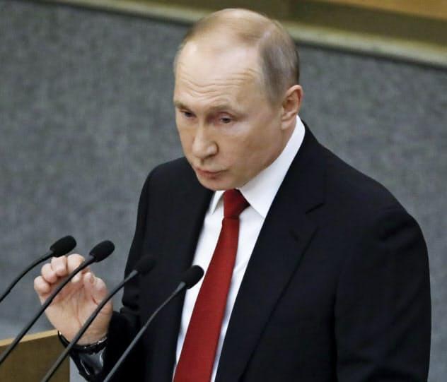 憲法改正法案の基本承認に先立ち、下院で演説するロシアのプーチン大統領(10日、モスクワ)=AP