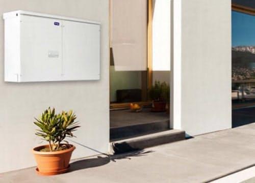 VPP普及には家庭用蓄電池がカギを握る(左上がイグアナ・テクノロジーズの蓄電池)