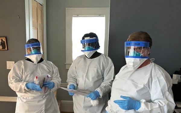 居間に防御服の看護師3人が来て、検査を受けた(米ニューヨーク郊外)=Billy Nauman撮影