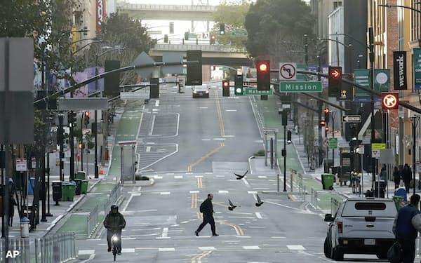 サンフランシスコ市は市民の外出を原則禁止。企業活動が低下するなか、雇用主としての責任に注目が集まる=AP