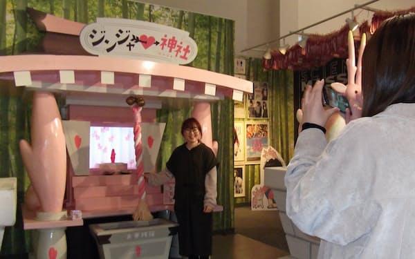 ジンジャー神社で写真を撮る20代の女性(栃木県栃木市の岩下の新生姜ミュージアム)