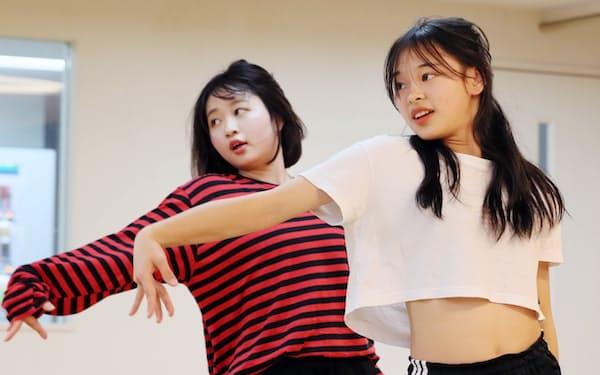 K-POP専門のダンススクールでレッスンを受ける生徒たち(東京都新宿区)
