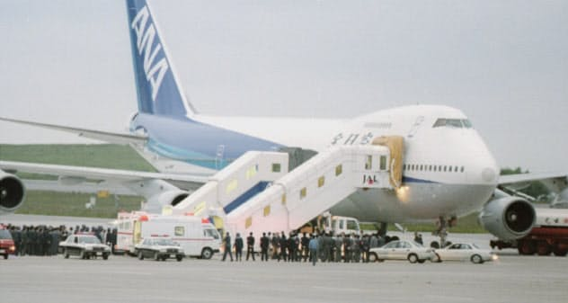 約16時間ぶりに救出され、ハイジャックされた全日空のジャンボ機を降りる乗客たち(1995年6月22日、函館空港)