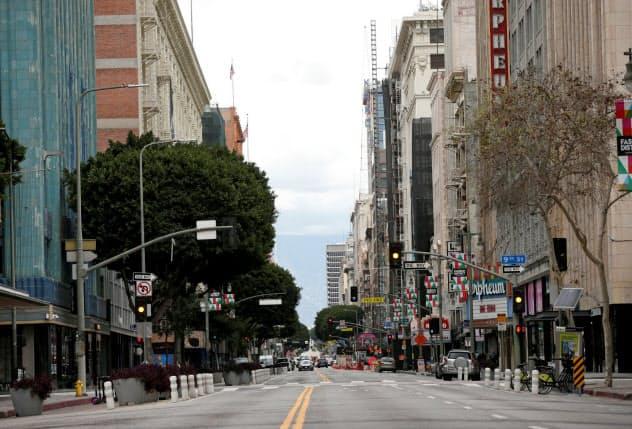 新型コロナの感染拡大で外出が禁じられ、街からは人が消えた(20日、カリフォルニア州ロサンゼルス)=ロイター