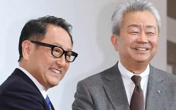 記者会見を終えたトヨタ自動車の豊田社長(左)とNTTの澤田社長(24日、東京都千代田区)