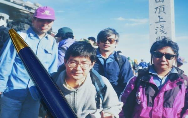 大和証券の人たちとの富士登山の写真と連携記念のペン。写真中央後方が筆者