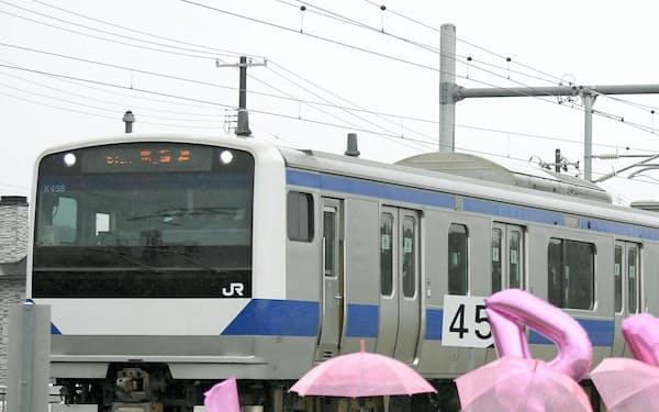全線で運行を再開したJR常磐線の列車を迎える沿線住民(14日、福島県富岡町)