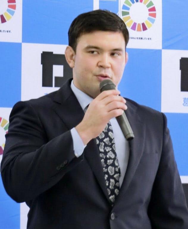 東京都葛飾区長を表敬訪問し、あいさつする柔道男子100キロ級代表のウルフ(26日)