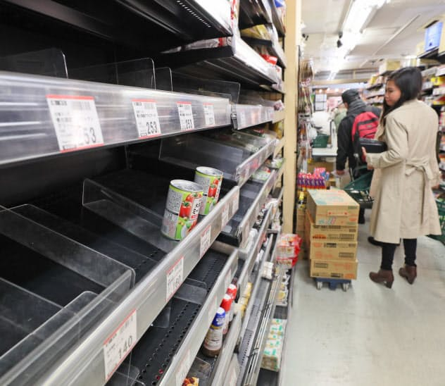 都内のスーパーでは麺類やパスタソースなどが品薄になった(27日、東京都台東区)