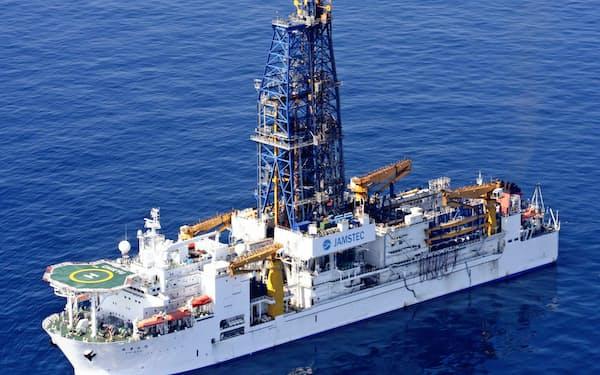 探査船「ちきゅう」には高さ120メートルのやぐらがある=海洋機構提供