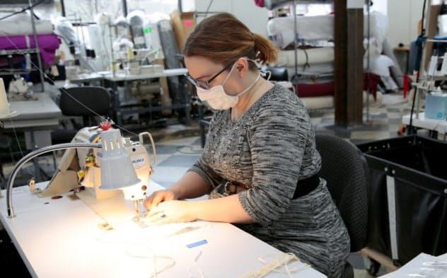 縫製工場で医療用マスクを生産する女性(米ミシガン州)=ロイター