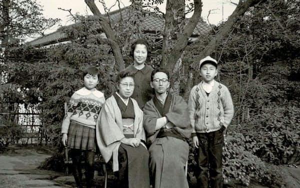 杉並区荻窪にあった自宅で家族と(右端が横田さん)