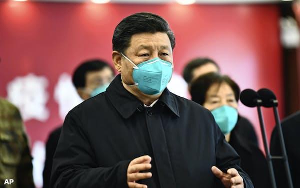 習国家主席は漢方を普及させ、中国共産党を古代からの知恵を代表する存在に再定義することに注力しているという(3月の武漢訪問時)=AP