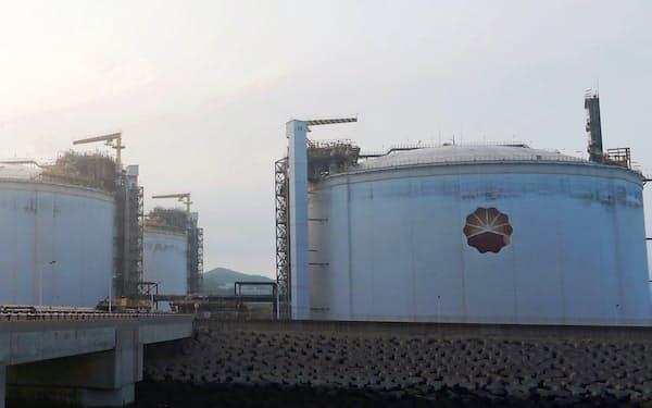 中国のLNGの買い付けは戻ってきたが…(大連のLNGタンク)=ロイター