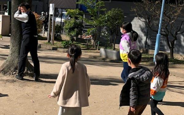 竹延では子連れ出勤を認め、社長(左)も協力して社員の子供の世話をする(大阪市内)