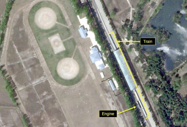 23日に撮影された特別列車とみられる列車が停車した専用駅(Planet Labs/38ノース提供)=共同