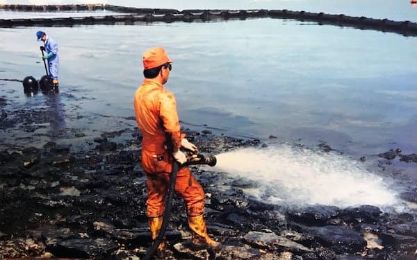 原油で汚染されたペルシャ湾を浄化する(1991年、湾岸戦争後のサウジアラビア)
