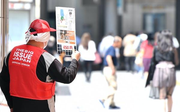 街頭で「ビッグイシュー日本版」を販売する男性(東京都新宿区)