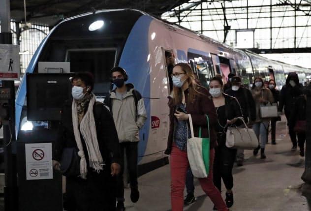 11日、パリのサン・ラザール駅は通勤客で混み合った=AP