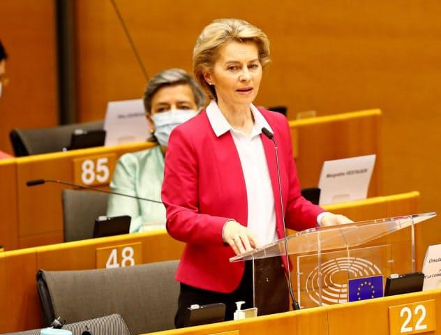 フォンデアライエン欧州委員長は復興計画案を議会で説明した(27日、ブリュッセル)=ロイター