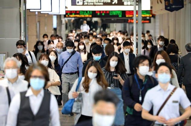 マスク姿で通勤する人たち(29日、名古屋市中村区)