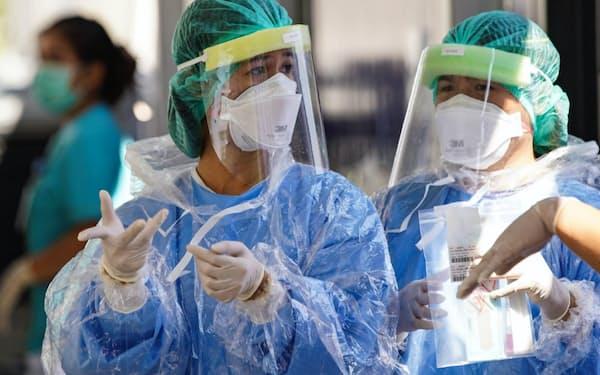医療現場で使われるマスクや防護服などの需要は国内外で拡大している(バンコク)